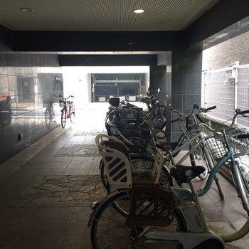 共用部には屋内駐輪場がありますよ〜!