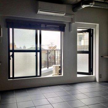 【キッチン】窓が大きい〜!むき出し配管もかっこいい。。。※写真は前回募集時のものです