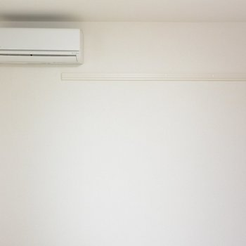 エアコン付き!ハンガーがかけられそうですね※写真は1階の同間取り別部屋のものです