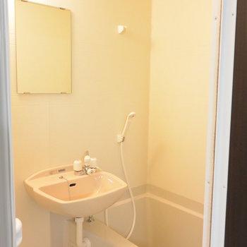 玄関入ってすぐ右手はお風呂※写真は1階の同間取り別部屋のものです