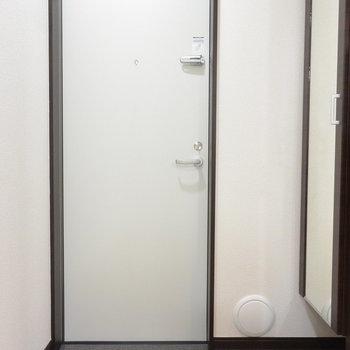 玄関。姿見がありがたい※写真は1階の同間取り別部屋のものです