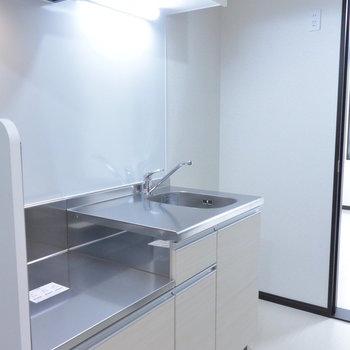 スペースが広いキッチンです※写真は1階の同間取り別部屋のものです