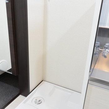 玄関入ってすぐ左手は洗濯機置き場※写真は1階の同間取り別部屋のものです