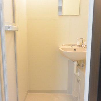 洗面台もこちらに。※写真は1階の同間取り別部屋のものです
