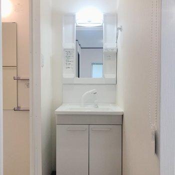 浴室の手前に独立洗面台があります。