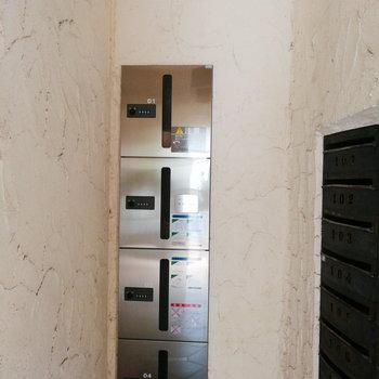 宅配ボックスはオートロック横に。