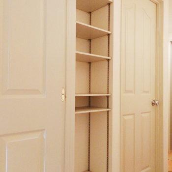 廊下の収納はキッチン用品かバス用品か、どちらかですね。※写真は2階の同間取り別部屋のものです