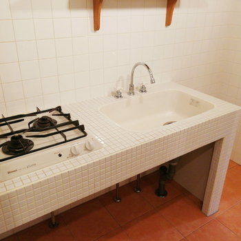 タイル張りが印象的なキッチン。※写真は2階の同間取り別部屋のものです