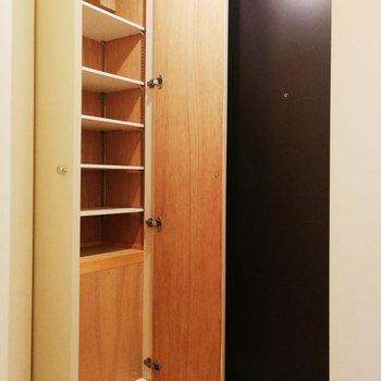 玄関収納は上部分だけ。※写真は2階の同間取り別部屋のものです