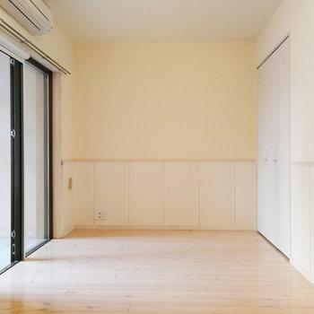 イエローとホワイトの内装がかわいい。※写真は2階の同間取り別部屋のものです