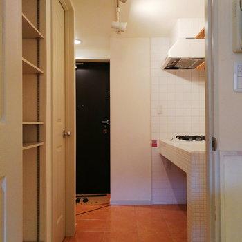 廊下のタイルも目を引きますね。※写真は2階の同間取り別部屋のものです