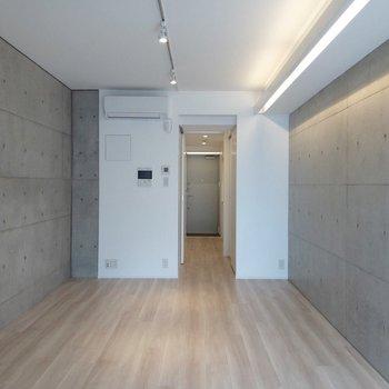 ライティングレールには自分好みの照明をつけることもできます。※写真は4階の同間取り別部屋のものです