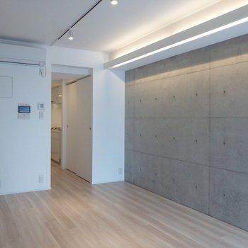 テレビはエアコンの下に置くこともできますよ。※写真は4階の同間取り別部屋のものです