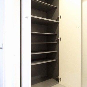 だけどシューズBOXの容量はバッチリ!(※写真は5階の同間取り、清掃前の別部屋です)