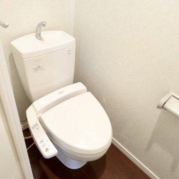 落ち着きあるトイレ。(※写真は5階の同間取り、清掃前の別部屋です)