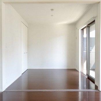 お隣の洋室はベッドルームへ。(※写真は5階の同間取り、清掃前の別部屋です)