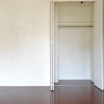 収納はこの1箇所のみ!(※写真は5階の同間取り、清掃前の別部屋です)