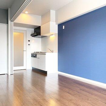 さわやかなブルーのアクセントクロス(※写真は9階の同間取り別部屋のものです)