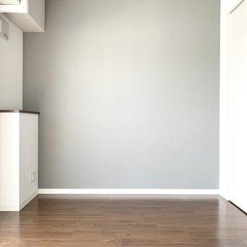 西側には薄いグレーのクロス(※写真は9階の同間取り別部屋のものです)