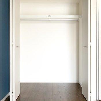 クローゼットは容量◎(※写真は9階の同間取り別部屋のものです)
