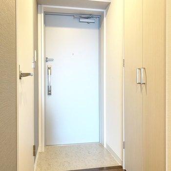 玄関はシンプル(※写真は9階の同間取り別部屋のものです)