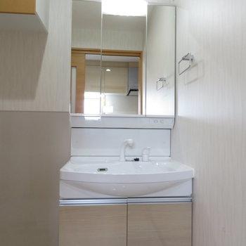 収納多めの3面鏡、上にはさらに棚があります(※写真は9階の同間取り別部屋のものです)