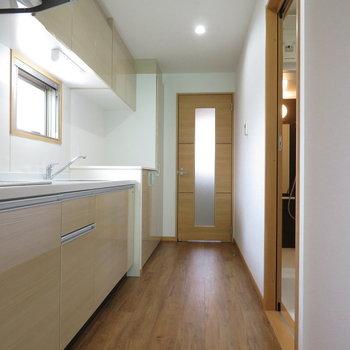 大きなキッチン。小窓もあって換気もばっちり(※写真は9階の同間取り別部屋のものです)