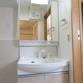 洗面台もしっかりと(※写真は9階の同間取り別部屋のものです)