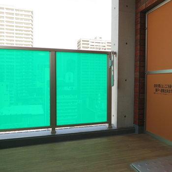 緑の柵のバルコニーからは(※写真は9階の同間取り別部屋のものです)