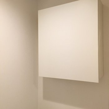 トイレの上部には四角い収納棚つき※写真は2階の同間取り別部屋のものです