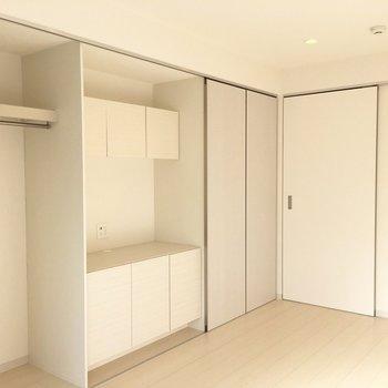 クローゼットの扉はスライド式で動かせます※写真は2階の同間取り別部屋のものです