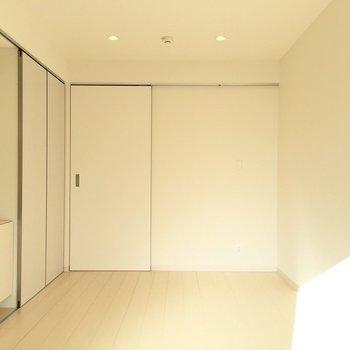 ひたすらホワイト、ダウンライト付きですがおこのみで照明もつけることができますよ※写真は2階の同間取り別部屋のものです