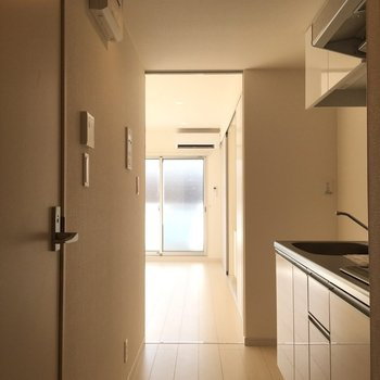 玄関より、光が差し込む〜!※写真は2階の同間取り別部屋のものです