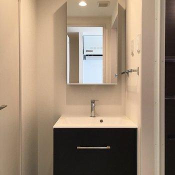 独立洗面の鏡の裏も収納タイプ◎※写真は2階の同間取り別部屋のものです