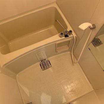 お風呂場には物置き場がないので、小さな棚を用意してください!