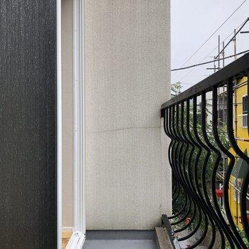 バルコニーはスリム。鉄柵の曲線美。