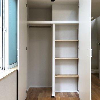 【居室】可動式の棚付きクローゼット。