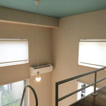 【ロフト】上の窓は、日差しが強い日にはロールスクリーンを。