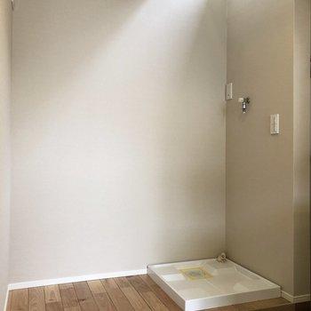洗濯機に向かうあなたを照らしてくれる仕様。