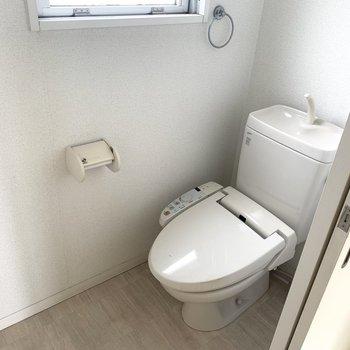 トイレはウォシュレットと、小窓付き〜(※写真は4階の同間取り別部屋、清掃前のものです)