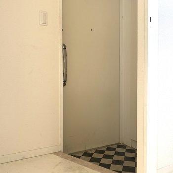 玄関扉だってかっこよくシンプルに(※写真は4階の同間取り別部屋、清掃前のものです)