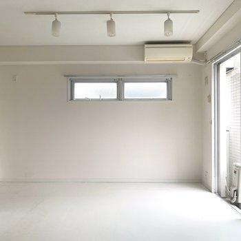 ホワイトを基調としたお部屋。シーリングライトがいい感じ〜(※写真は4階の同間取り別部屋、清掃前のものです)
