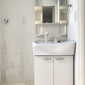 下の収納には洗剤やシャンプーなどのストックを(※写真は4階の同間取り別部屋、清掃前のものです)
