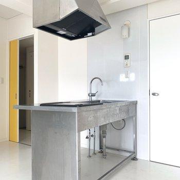 厨房みたいでかっこよい、、反対側には冷蔵庫おけるかな(※写真は4階の同間取り別部屋、清掃前のものです)