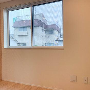 【洋室】左側に窓。明るさもしっかり。※写真は前回募集時のものです