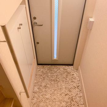 こちら玄関。入り口は1階。お部屋は3階。※写真は前回募集時のものです