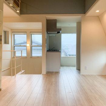 【LDK】階段の右手にキッチンエリア。※写真は前回募集時のものです