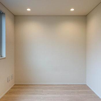 【洋室】こちらが寝室的空間でしょうかね。※写真は前回募集時のものです