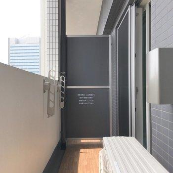 バルコニー。足元の木目調が、しっかりと空間に表情を与えてくれています。※写真は5階の同間取り別部屋のものです