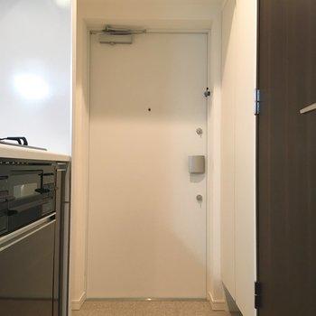 玄関も落ち着いたデザインです。統一感ありますね。※写真は5階の同間取り別部屋のものです